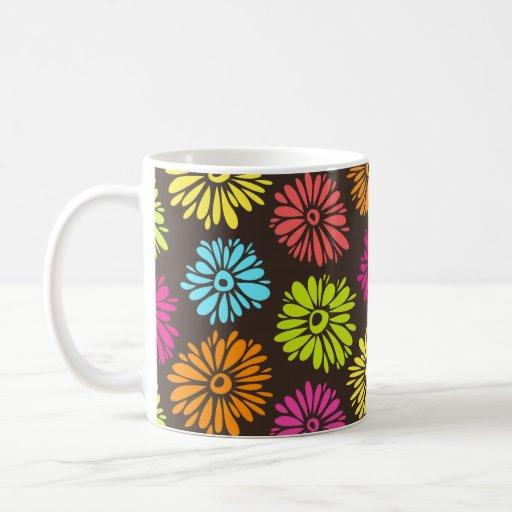 Taza verde de las flores vibrantes