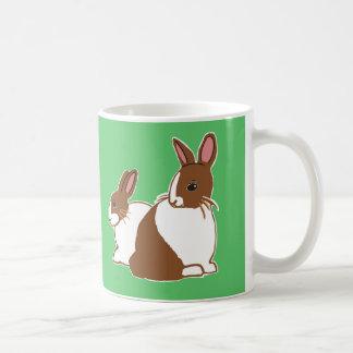 Taza verde de los conejos holandeses del chocolate