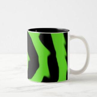 Taza verde de neón de la llama