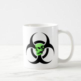 Taza verde del cráneo del Biohazard que brilla