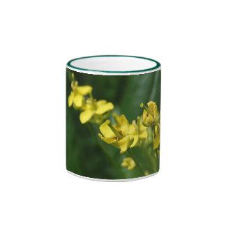 Taza verde del jardín con las flores de Bok Choy