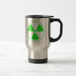 Taza verde del símbolo de la radiación con el
