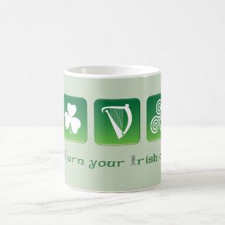 Taza verde irlandesa con tema blanco verde