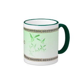 Taza verde suave de la mariposa