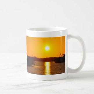 Taza vieja de la puesta del sol de la isla de