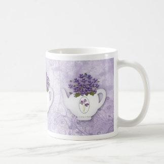 Taza violeta de la tetera