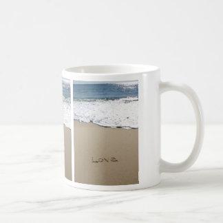 Taza viva de la escritura de la playa de la orilla