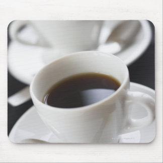 Tazas de café con el platillo tapete de raton