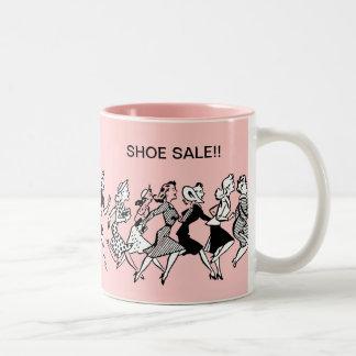 Tazas de café divertidas de las compras del zapato