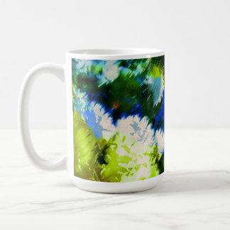 Tazas de café frescas del jardín floreciente