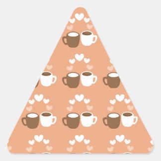 Tazas de café lindas en corazones del amor del pegatina triangular