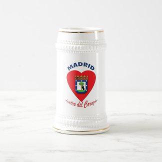 Tazas de cerveza del Corazón del dentro de Madrid