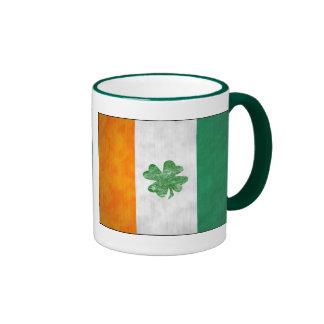 Tazas irlandesas del trébol de la bandera