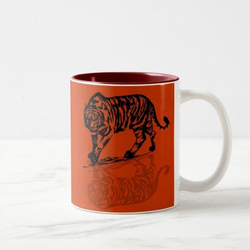 Tazas negras de las reflexiones del tigre