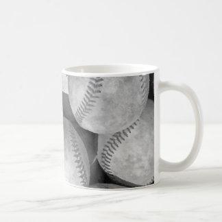 Tazas negras y blancas del béisbol