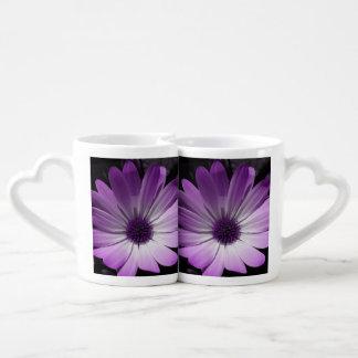 Tazas púrpuras de los amantes de la flor de la taza para enamorados