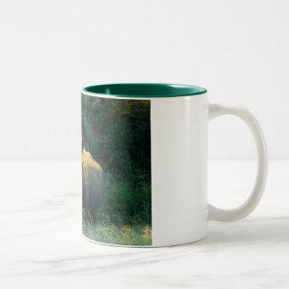 Tazas y tazas de café de la mirada fija del rinoce