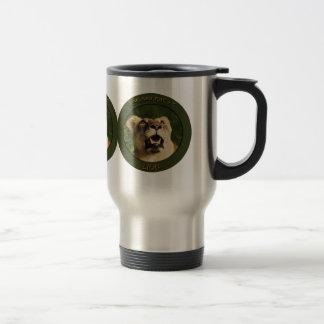 Tazas y tazas de café del viajero del viaje del