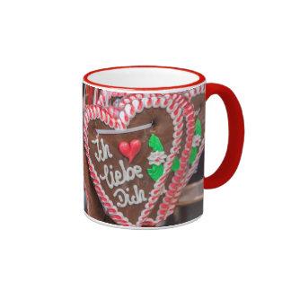 Te amo corazones del pan de jengibre en el día de tazas de café