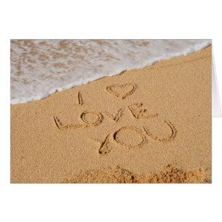 Te amo escrito en la arena tarjeta de felicitación