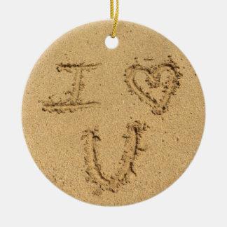 Te amo escritura de la arena de la playa adorno navideño redondo de cerámica