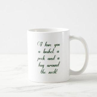 Te amo un celemín, un peck y un abrazo alrededor taza