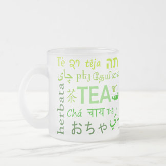 Té en cada lengua en verde taza de cristal