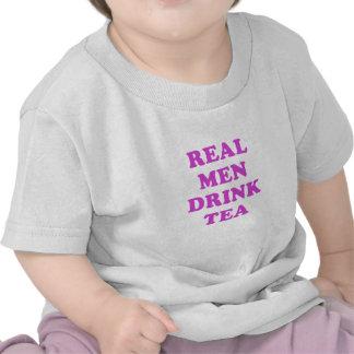 Té real de la bebida de los hombres camiseta