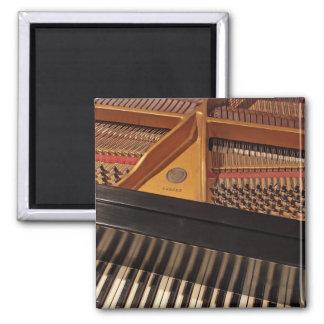 Teclado de piano e imán de los pernos