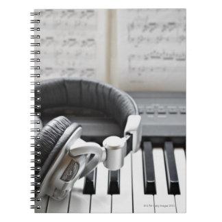 Teclado de piano eléctrico cuaderno
