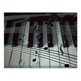 Teclado del piano o del órgano con las notas de la tarjetas postales