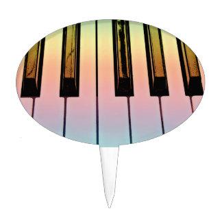 teclado eléctrico con la capa del arco iris figuras de tarta