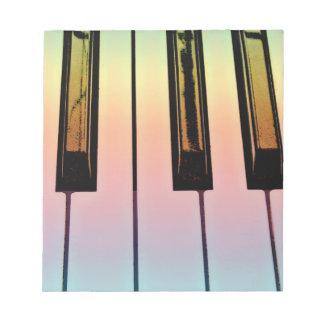 teclado eléctrico con la capa del arco iris bloc de notas