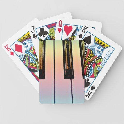 teclado eléctrico con la capa del arco iris cartas de juego
