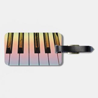 teclado eléctrico con la capa del arco iris etiquetas de maletas