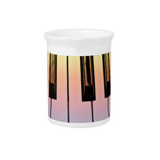 teclado eléctrico con la capa del arco iris jarrón