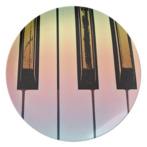 teclado eléctrico con la capa del arco iris plato de comida
