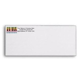 teclado eléctrico con la capa del arco iris sobres