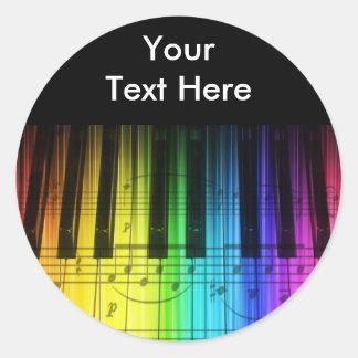 Teclado y notas de piano del arco iris etiqueta