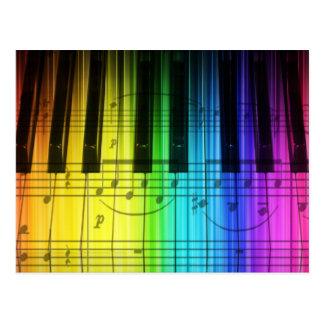 Teclado y notas de piano del arco iris postales