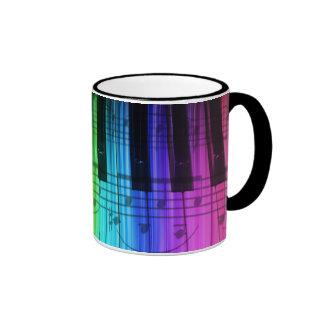 Teclado y notas de piano del arco iris taza a dos colores