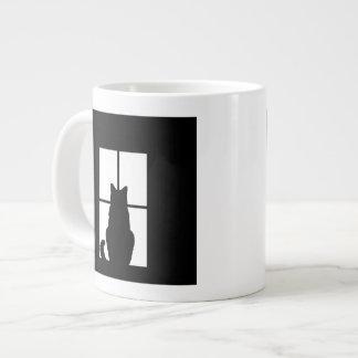 Tecleo del gato negro de la ventana para modificar taza grande