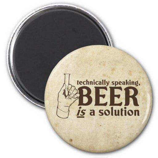 Técnicamente hablando, la cerveza es una solución imán redondo 5 cm
