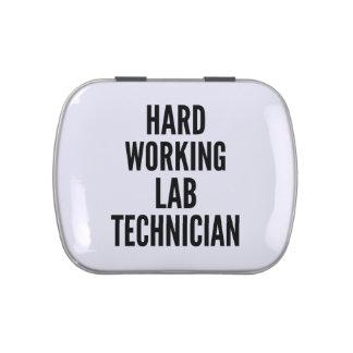 Técnico de laboratorio de trabajo duro latas de caramelos