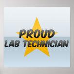 Técnico de laboratorio orgulloso impresiones
