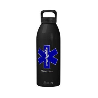 Técnico médico de la emergencia botallas de agua