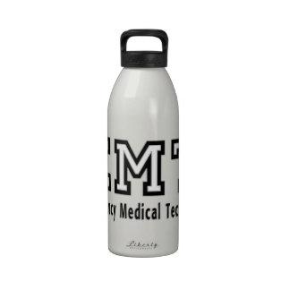 Técnico médico de la emergencia botellas de beber