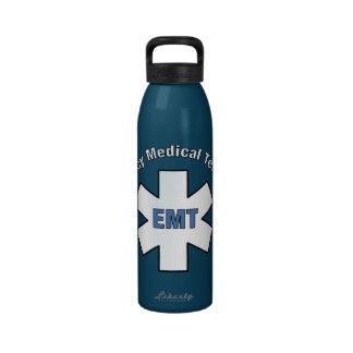 Técnico médico de la emergencia botella de agua