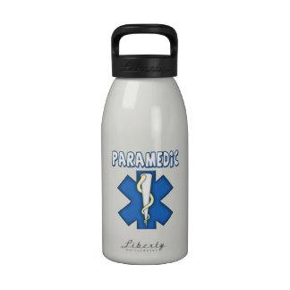 Técnico médico de la emergencia (paramédico) botellas de beber