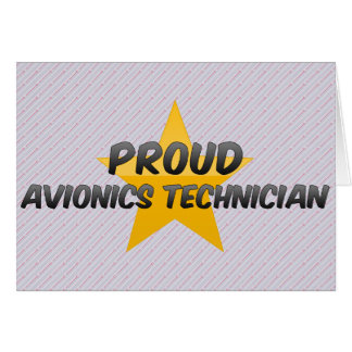 Técnico orgulloso de la aviónica tarjeta